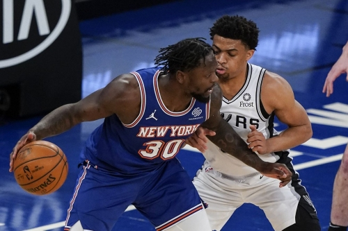 Spurs squander 17-point lead in loss to Knicks, still clinch play-in spot