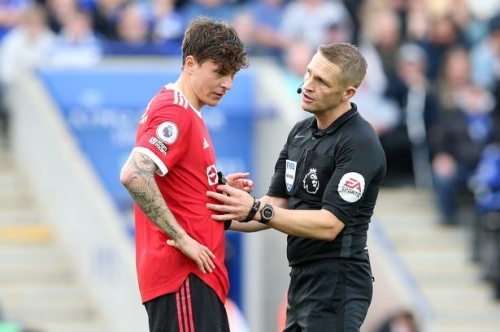 Referee hailed for 'terrific' decision that led to Manchester United defeat to Leicester City