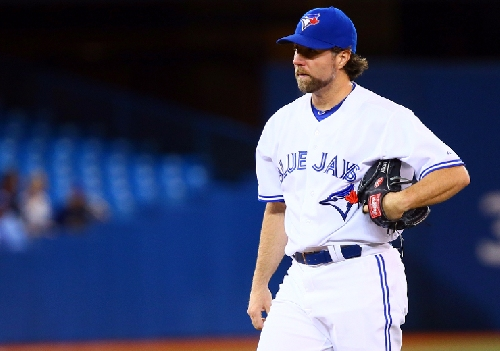 Former Blue Jays pitcher Dickey signs one-year deal with Braves