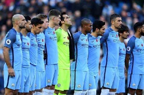 Man City midfielder David Silva suffers injury scare