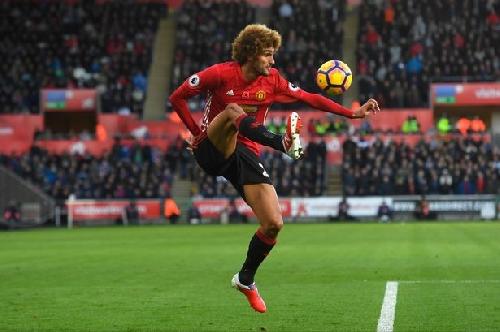 Manchester United give Marouane Fellaini team news update