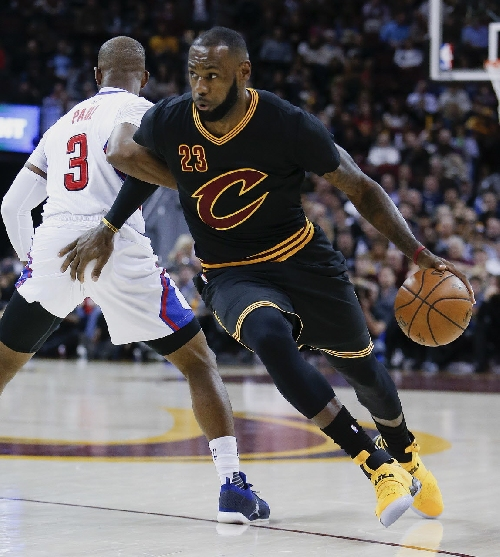 Clippers' Chris Paul helpless to stop LeBron James on steal and breakaway dunk