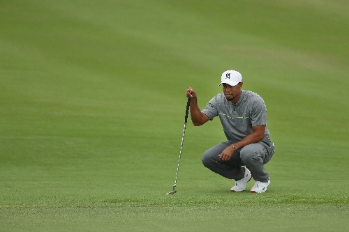 Tiger Woods starts hot, deals with adversity to shoot 70 on Saturday