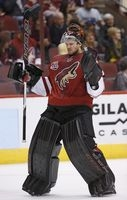 Smith making saves, passes to help Coyotes