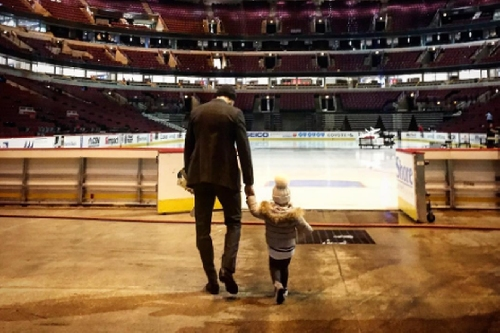Artem Anisimov showing his daughter the United Center is pretty awesome