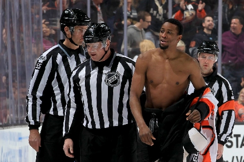 Let's talk about Wayne Simmonds fighting shirtless, for reasons