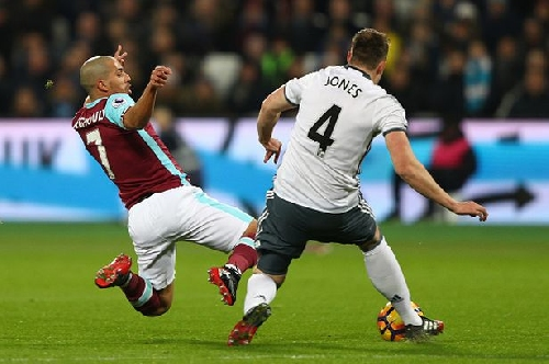 Manchester United FINALLY get refereeing decision after Feghouli tackle on Jones