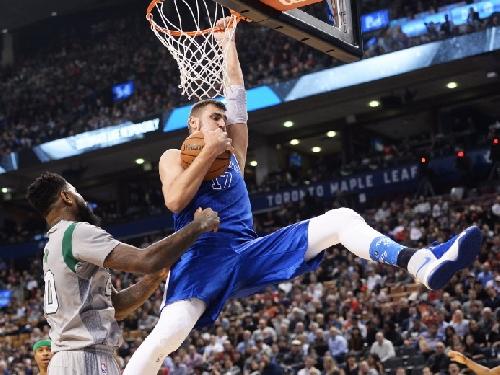 Raptors-Celtics: Valanciunas stands tall