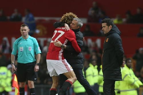 Marouane Fellaini to stay at Manchester United after contract extended