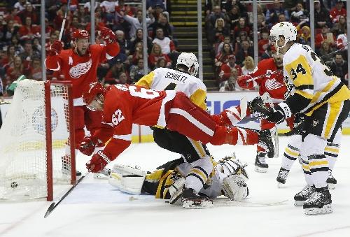 Kris Letang suffers knee injury in Penguins 6-3 loss to Red Wings