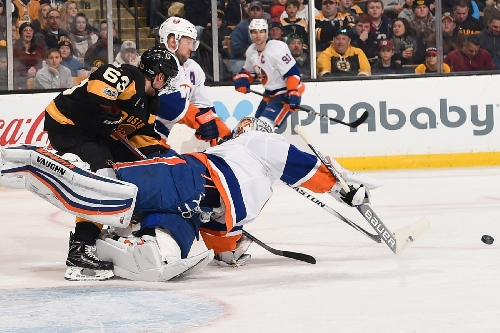 Greiss, Islanders put a beating on Bruins