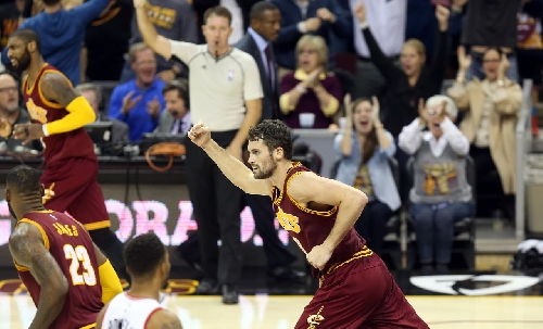 Kevin Love throws in crazy fadeaway and-1 shot against Golden State (video)