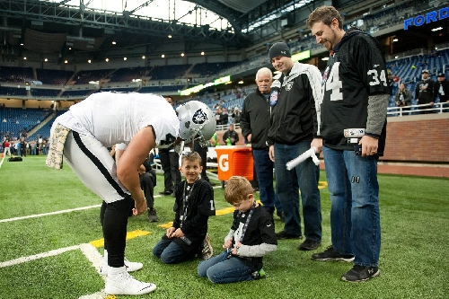 Oakland Police Lieutenant credits Raiders QB Derek Carr for retweet assist in finding missing child