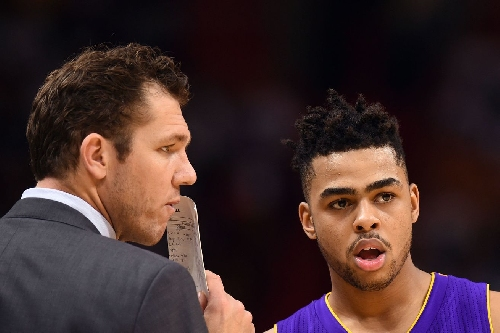 Luke Walton doesn't see fourth quarter minutes as a 'carrot' for D'Angelo Russell, Julius Randle
