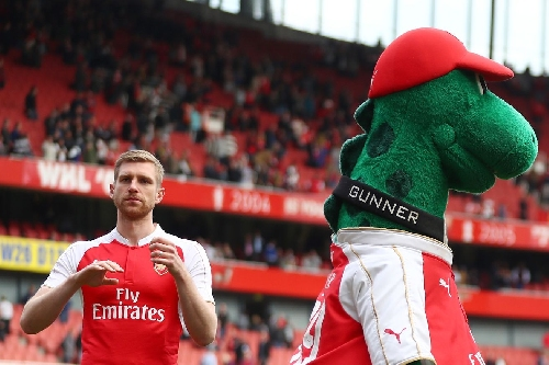 Per Mertesacker extends his stay at Arsenal