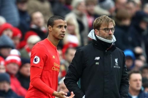 Liverpool FC coach Jurgen Klopp plays defender up front after criticising Manchester United long balls