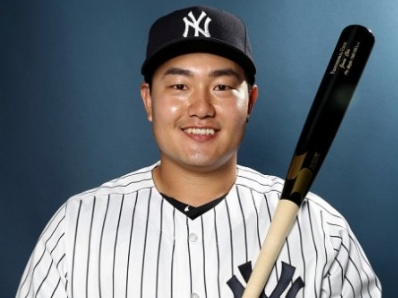 WATCH: Yankees' Ji-Man Choi takes fastball off face