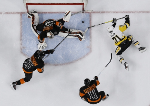 Simmonds scores 200th, Mason helps Flyers blank Penguins 4-0 The Associated Press