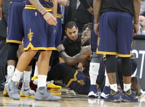 Leonard scores 25 as Spurs dismantle ailing Cavs, 103-74 The Associated Press