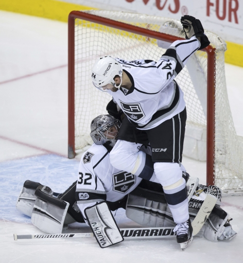 Iginla's 625th goal, Quick's 35 saves get Kings past Canucks The Associated Press