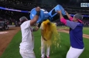 Elvis Andrus ties game in 7th with two-run single