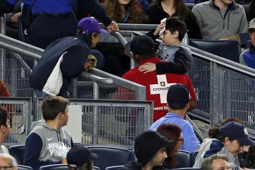 Young Yankees fan struck in head by broken bat