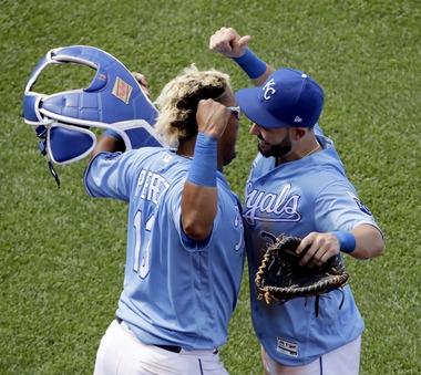 Watch Salvador Perez blast a grand slam -- using Miguel Cabrera's bat