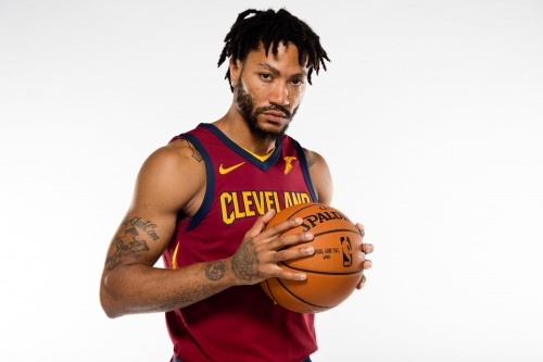 Derrick Rose poses at Cavs media day looking drastically different