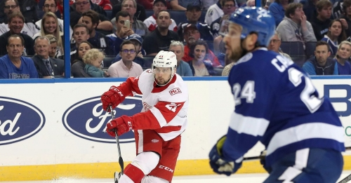 Tampa Bay Lightning sweep season series vs the Red Wings with 4-1 victory