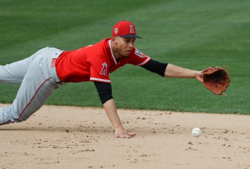 Angels' Andrelton Simmons hurts shoulder on diving play