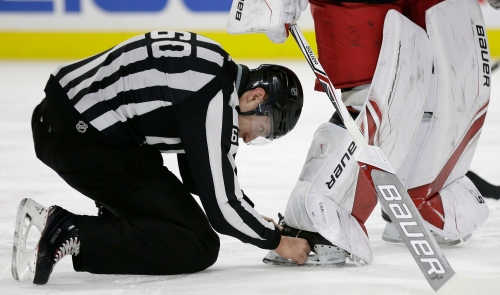 Arizona Coyotes score goal after puck gets stuck in goalie's skate
