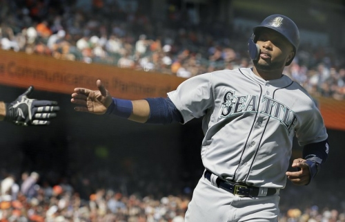 Mariners bang out 12 hits and withstand San Francisco Giants' late rally to hold on for a 6-4 win