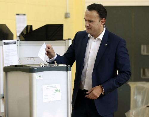Ministra irlandesa celebra que referendo aprueba el aborto