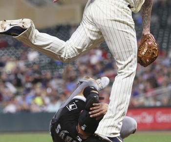 Santiago beats former team as White Sox top Twins
