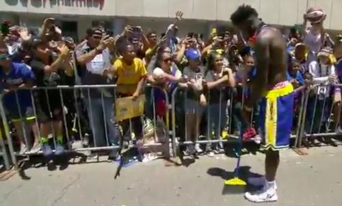 Video: Jordan Bell gets off bus and uses fan's broom