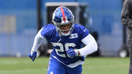 Giants RB Saquon Barkley studying Steelers RB Le'Veon Bell's blocking