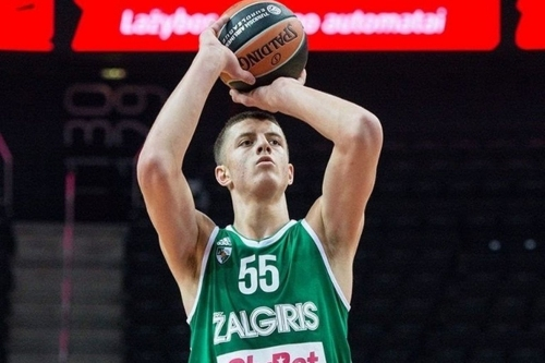Isaiah Hartenstein is in the Rockets' plans this season