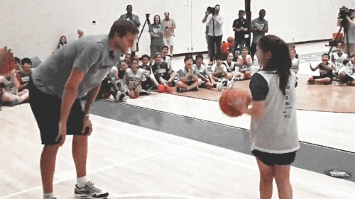 Video: Young girl beats Dirk Nowitzki in a game of Knockout