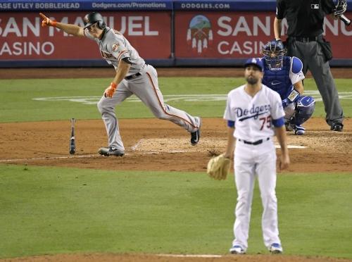 Gigantes remontan con 4 en 9no y vencen a Dodgers por 5-2