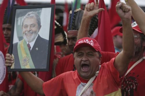 Miles se reúnen para apoyar a Lula previo a su registro
