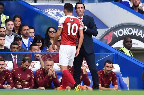 Glenn Hoddle backs Unai Emery decision to haul off Mesut Ozil against Chelsea