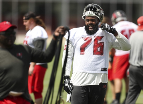 Bucs' Donovan Smith suffers what could be a serious knee injury
