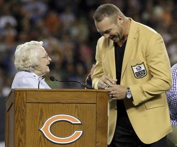 Bears honor Hall of Fame linebacker Brian Urlacher
