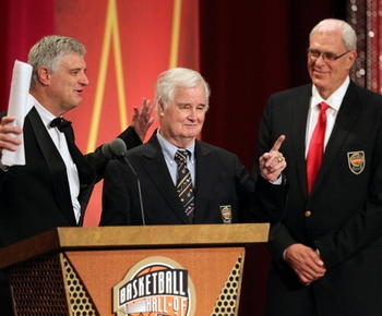 Tex Winter, innovator of the triangle offense and a former Lakers assistant, dies at 96