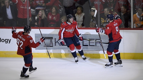 Oshie leaves twice, scores winner to lift Caps over Pens