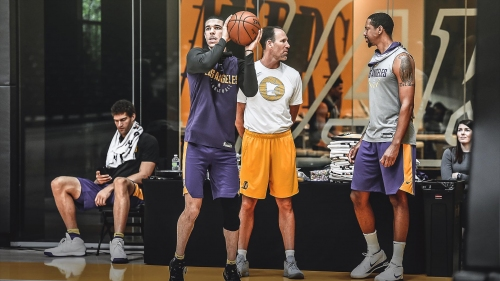 Lakers' Lonzo Ball practicing with no wrap on injured ankle