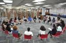 Michelle Obama visita escuela en Chicago; habla de su libro