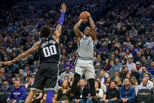 Kings end 14-game losing streak to the Spurs