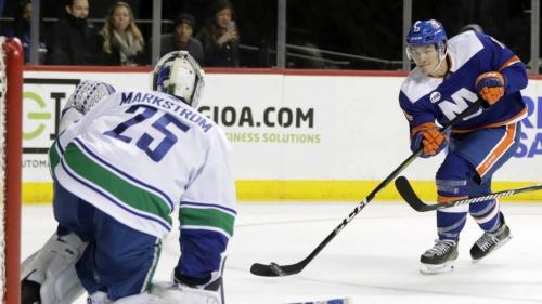 Kuhnhackl scores twice, Islanders beat Canucks