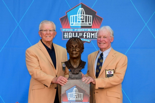 WATCH! Former Redskins GM Bobby Beathard receives his Hall of Fame ring at halftime
